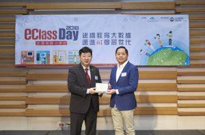 博文教育創辦人及行政總裁鄭賢義博士(右)致送紀念座給何校長,感謝恒管協辦活動。